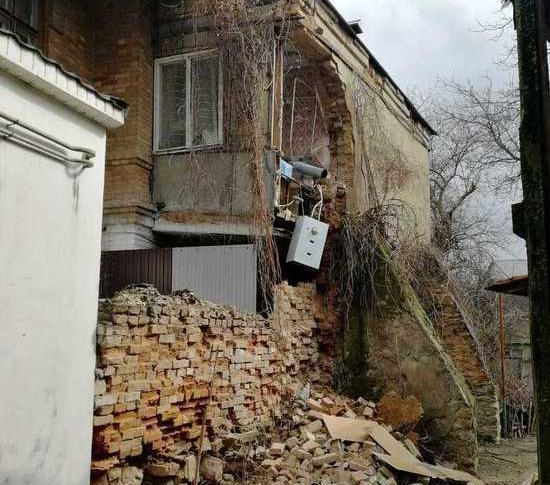 В Ессентуках обрушилась стена многоквартирного дома