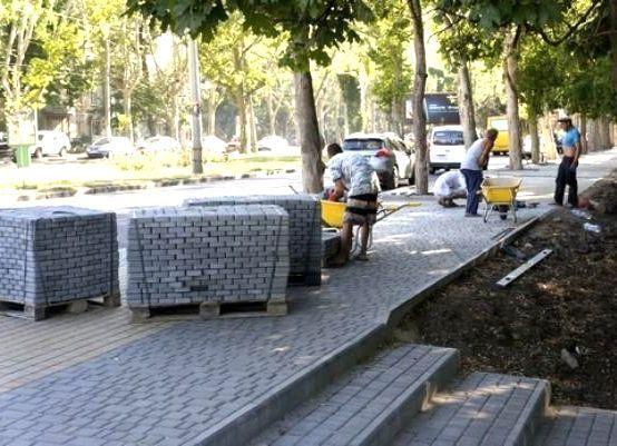 Плитку на тротуарах заменили в рамках ремонта автомобильных дорог Ставрополя, - администрация