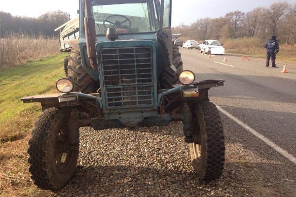 НаСтаврополье столкнулись трактор идва автомобиля