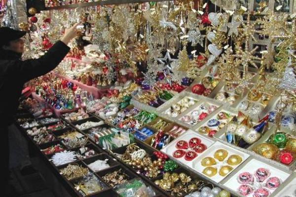 Приобрести ёлочные украшения ипоесть шашлыка можно нановогодней ярмарке вСтаврополе