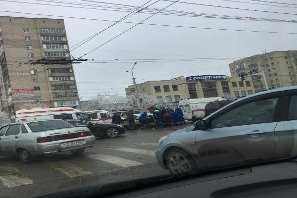 ВСтаврополе легковушка столкнулась с грузовым автомобилем