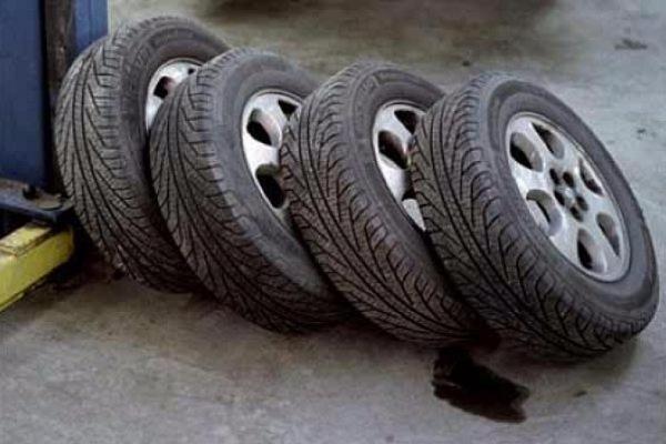 ВСтаврополе сприпаркованного автомобиля сняли все колёса