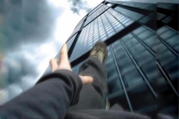 63-летний мужчина выбросился изокна многоэтажки вСтаврополе