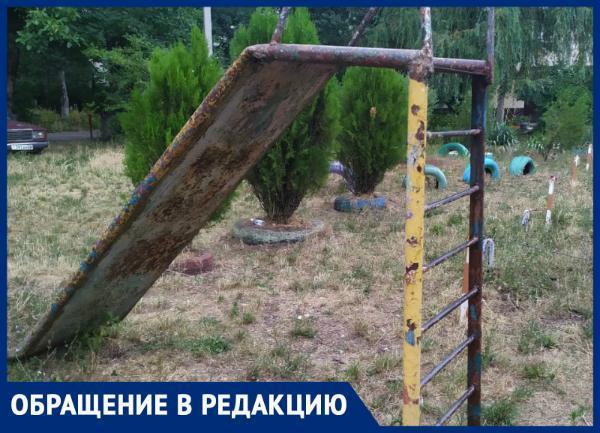 «Одна из песочниц является туалетом для кошек и собак», - ставропольчане о состоянии детской площадки