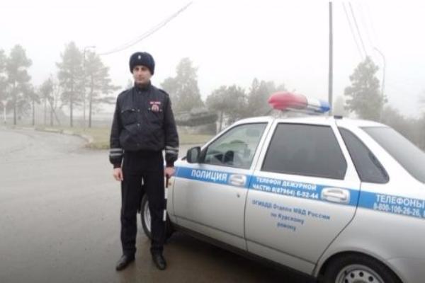 Замерзающего на дороге водителя выручил сотрудник полиции