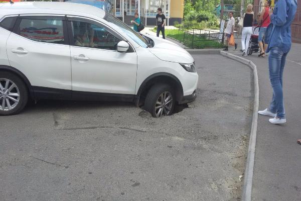 Внедорожник провалился в огромную яму в Ставрополе