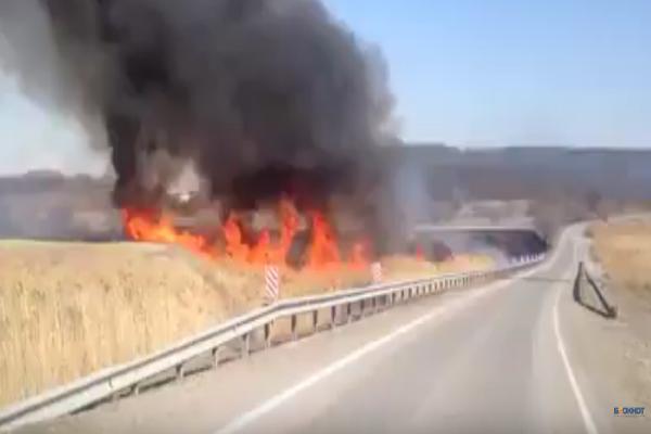Километры горящей травы вдоль трасс Ставрополья попали на видео