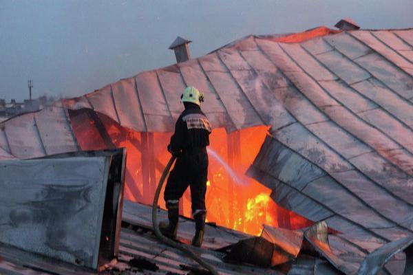 Крыша дома и мебель сгорели в пожаре на Ставрополье