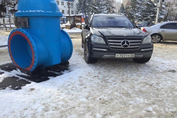 Паркуюсь как хочу: водители иномарок перегородили дорогу и мешали людям пройти на остановку в Ставрополе