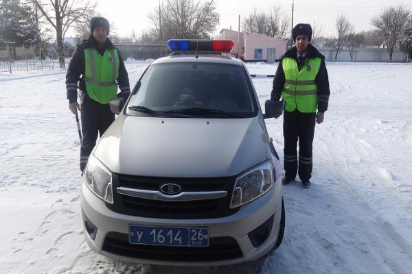 Девушку с маленьким ребенком и таксиста из снежного плена освободили сотрудники ДПС на Ставрополье