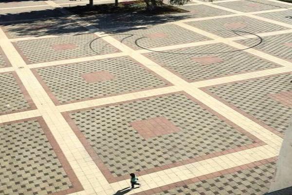 Дерзкий дрифт Мерседеса на центральной площади Пятигорска засекли камеры видеонаблюдения
