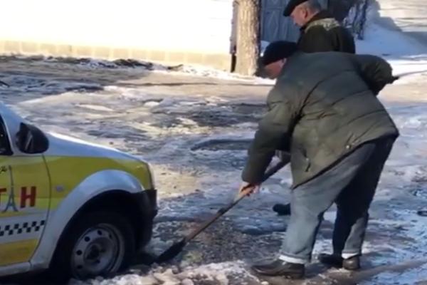 Такси застряло в яме посреди дороги на Ставрополье