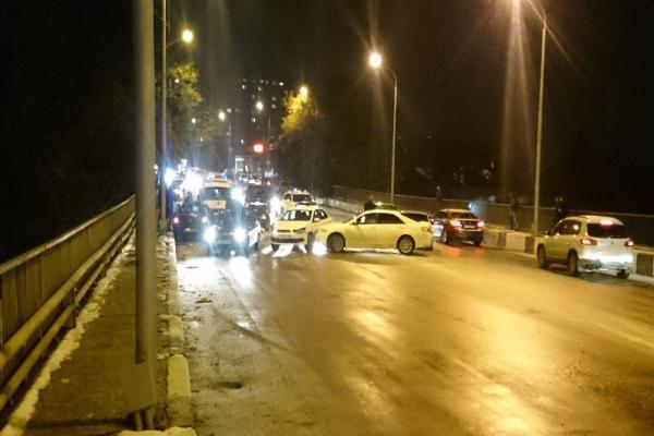 Восемь машин столкнулись на обледеневшем Киринском мосту в Ставрополе