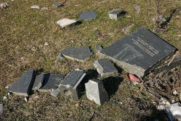 Вандалы разбили два надгробия наставропольском кладбище
