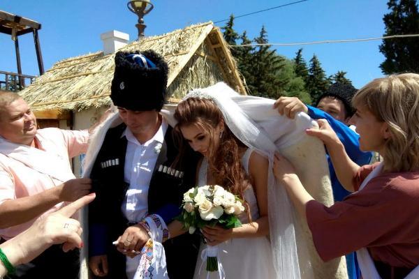 Шуточный свадебный обряд провели казаки в Ставрополе