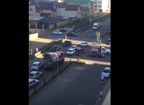 Массовая драка на дороге в микрорайоне «Перспективный» попала на видео
