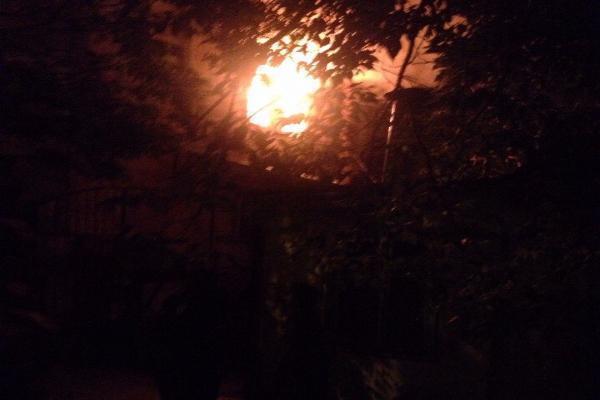 ВСтаврополе сгорел стародавний многоквартирный дом, погибла женщина