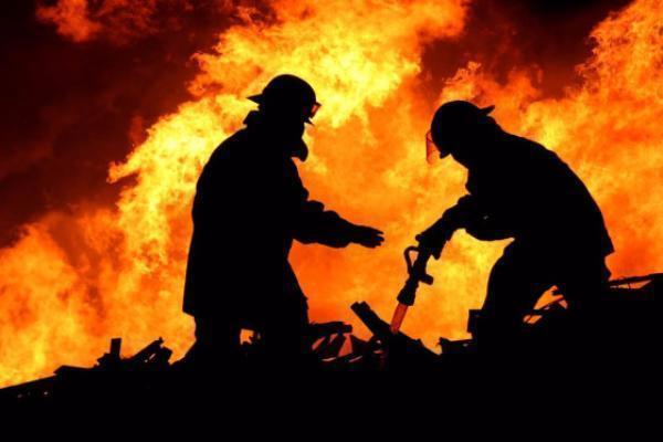 Двухэтажный особняк идве иномарки сгорели вСтаврополе