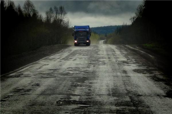 Сильный ветер сдул 14 грузовиков в кюветы на трассе Ставрополья