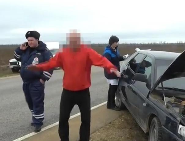 В полном неадеквате: задержанный водитель катался по земле и бросался на собственный автомобиль