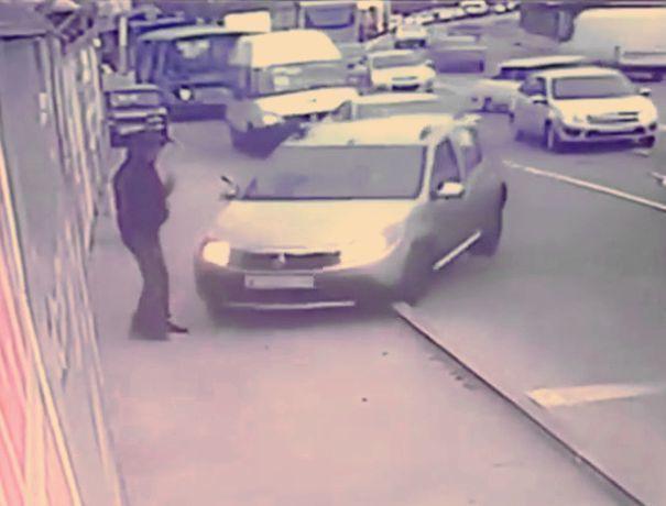 Появилось видео комичного столкновения девушки за рулем «Рено» со столбом в Ставрополе