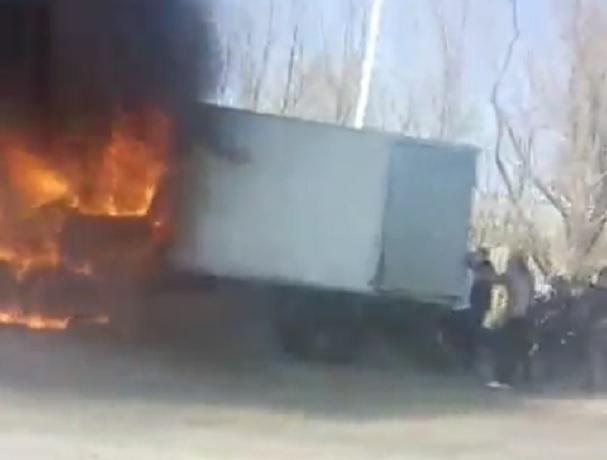 Вспыхнувший грузовик срочно разгружали прохожие на улице в Ставрополе