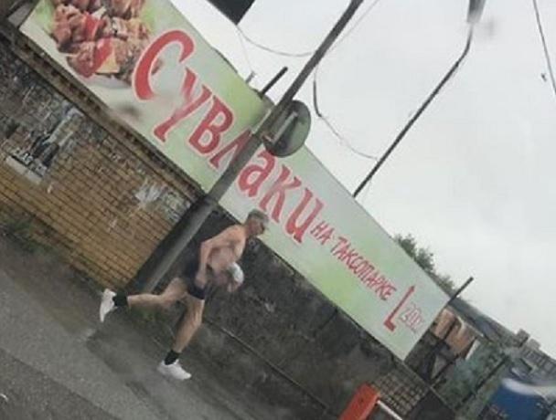 Эпатажный любитель бега под дождем в одних трусах развеселил жителей Ставрополя
