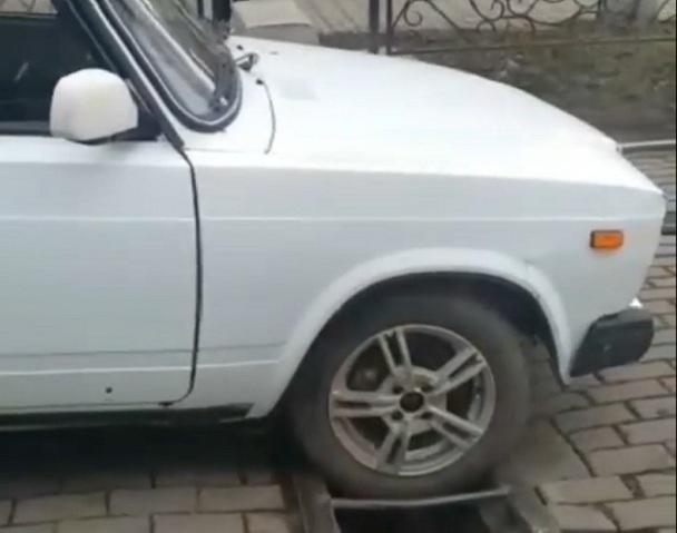 Лихач на «семерке» застрял в яме на трамвайной «встречке» в Пятигорске