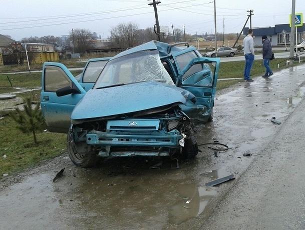 Водитель и пассажир погибли в страшном столкновении ВАЗ-2111 с КамАЗом под Ставрополем