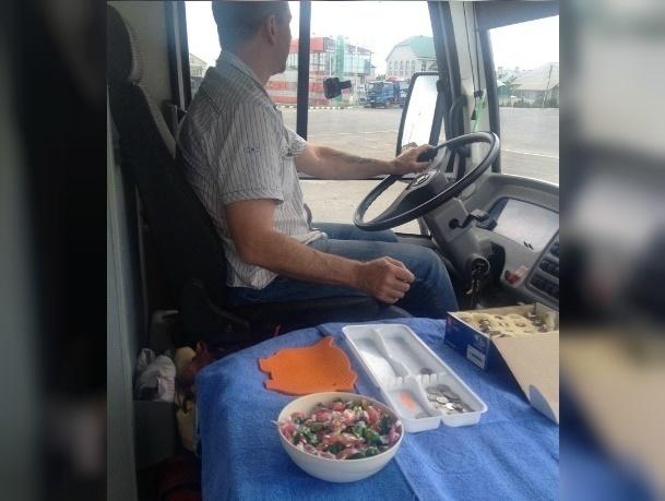 Бесплатную раздачу конфет пассажирам автобуса устроил щедрый водитель в Ставрополе