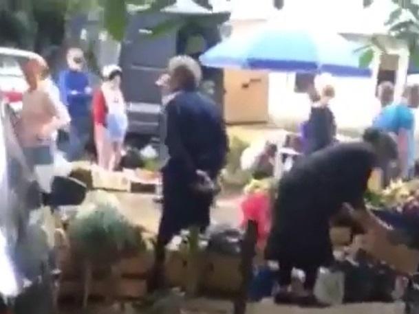 Мусор и крики уличных торговцев по утрам лишили покоя жителей многоквартирного дома в Пятигорске
