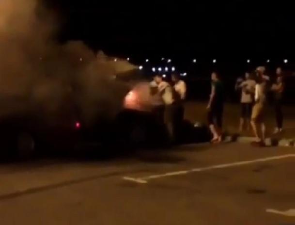 БМВ загорелся во время ночного дрифта на стоянке в Ставрополе