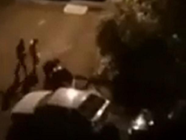 Буйный мужчина нападал на прохожих во дворе дома в Ставрополе