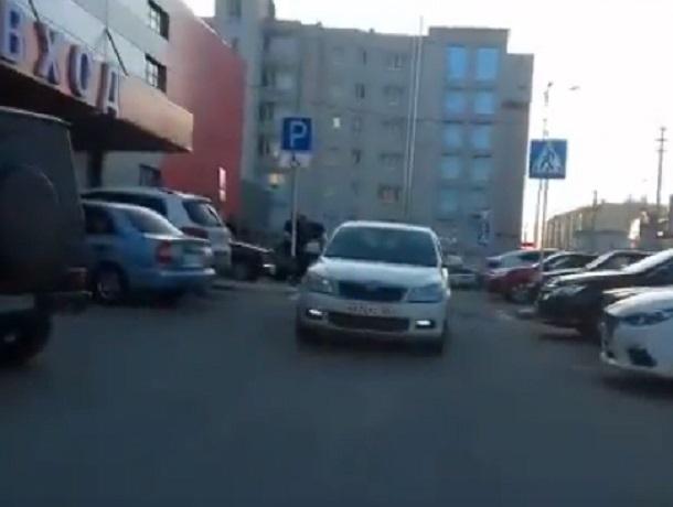 Женщина на «Шкоде» выехала на «встречку» и «смяла» мне зеркало, - водитель из Ставрополя