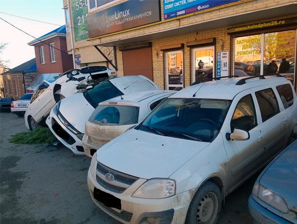 Иномарка врубилась в три припаркованные машины в Ставрополе