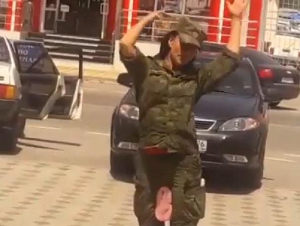 Неадекватная девушка в военной форме попала на видео в Ставрополе