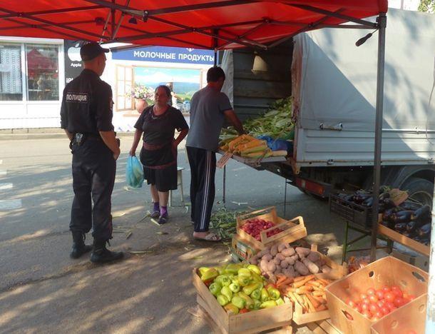 У торговцев-пенсионеров с улиц власти конфискуют товар и выписывают штрафы