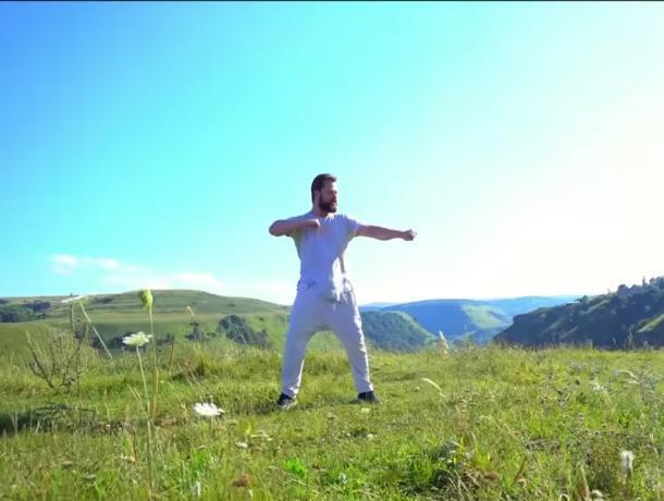 Кузя из сериала «Универ» показал красоты Кавказа в клипе