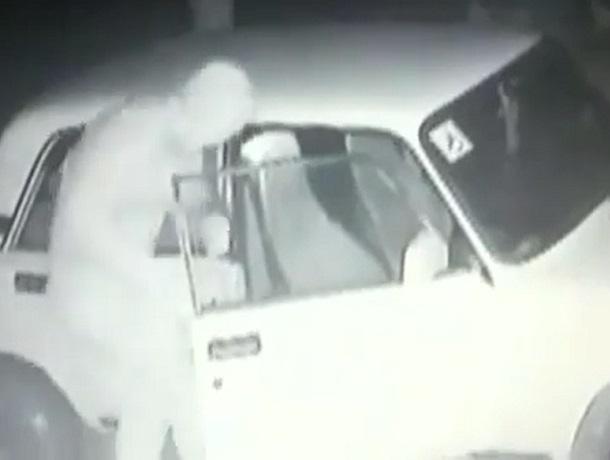 Осторожные воры «обчистили» автомобиль на Ставрополье и попали на видео