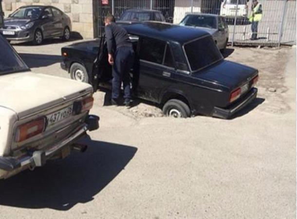 Бездна под обвалившимся асфальтом поглотила автомобиль в Пятигорске
