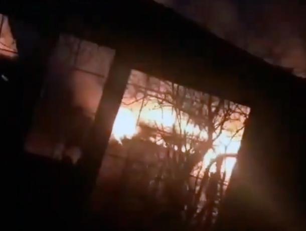 При пожаре на Мамайке сгорела баня в Ставрополе