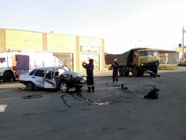 Легковушка «залетела» под КамАЗ в Михайловске — есть пострадавшие