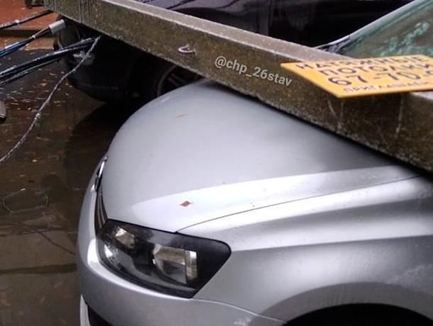 Столб ЛЭП упал на припаркованные автомобили в Ставрополе
