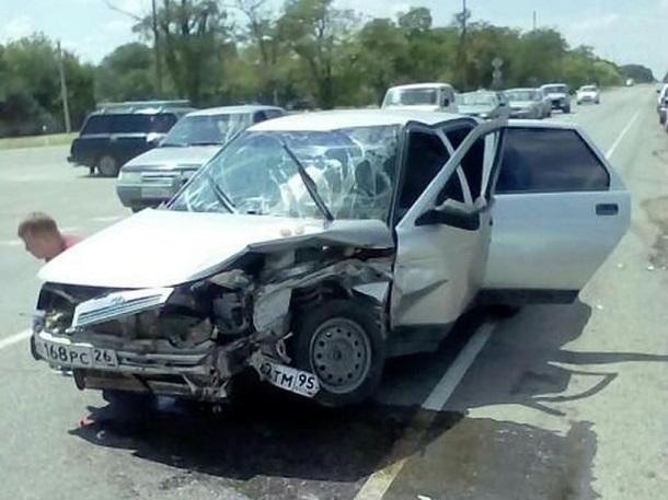 Девушка за рулем «двенадцатой» пострадала в жестком ДТП с «Приорой» на Ставрополье