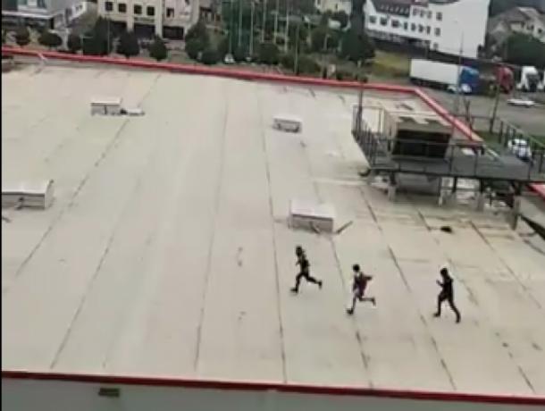 В Ставрополе дети играли на крыше торгового центра