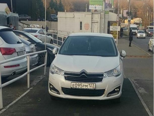 Паркуюсь как хочу: владелец белого «Ситроена» загородил велодорожку и вызвал насмешки жителей Ставрополя
