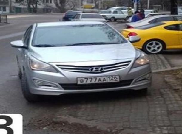 Автохам на «Хендай» проигнорировал просьбы о перепарковке с тротуара в Пятигорске