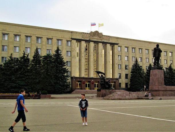 Из-за четырех больных деревьев Владимиров хочет заменить все ели возле правительства Ставрополья