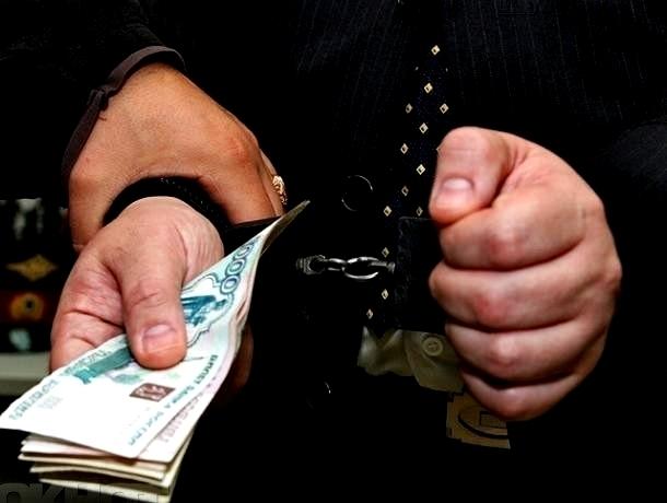 Мужчина пытался «выкупить» изъятую полицией машину взяткой в 15 тысяч рублей на Ставрполье