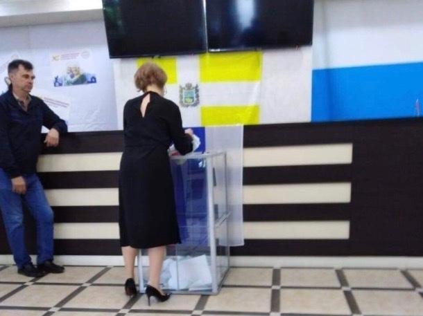 В поселке Иноземцево зафиксировали вброс бюллетеней в урну для голосования